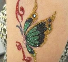 色鮮やかなラメでお肌に直接描く、お肌のアクセサリーです。